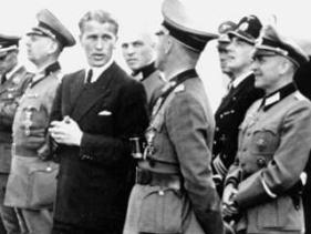 1943/1944: Wernher von Braun (en chaqueta) con oficiales de la Wehrmacht