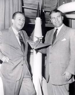 029 Walt Disney y Wernher v Braun c modelo V2 y avion1955 55pr
